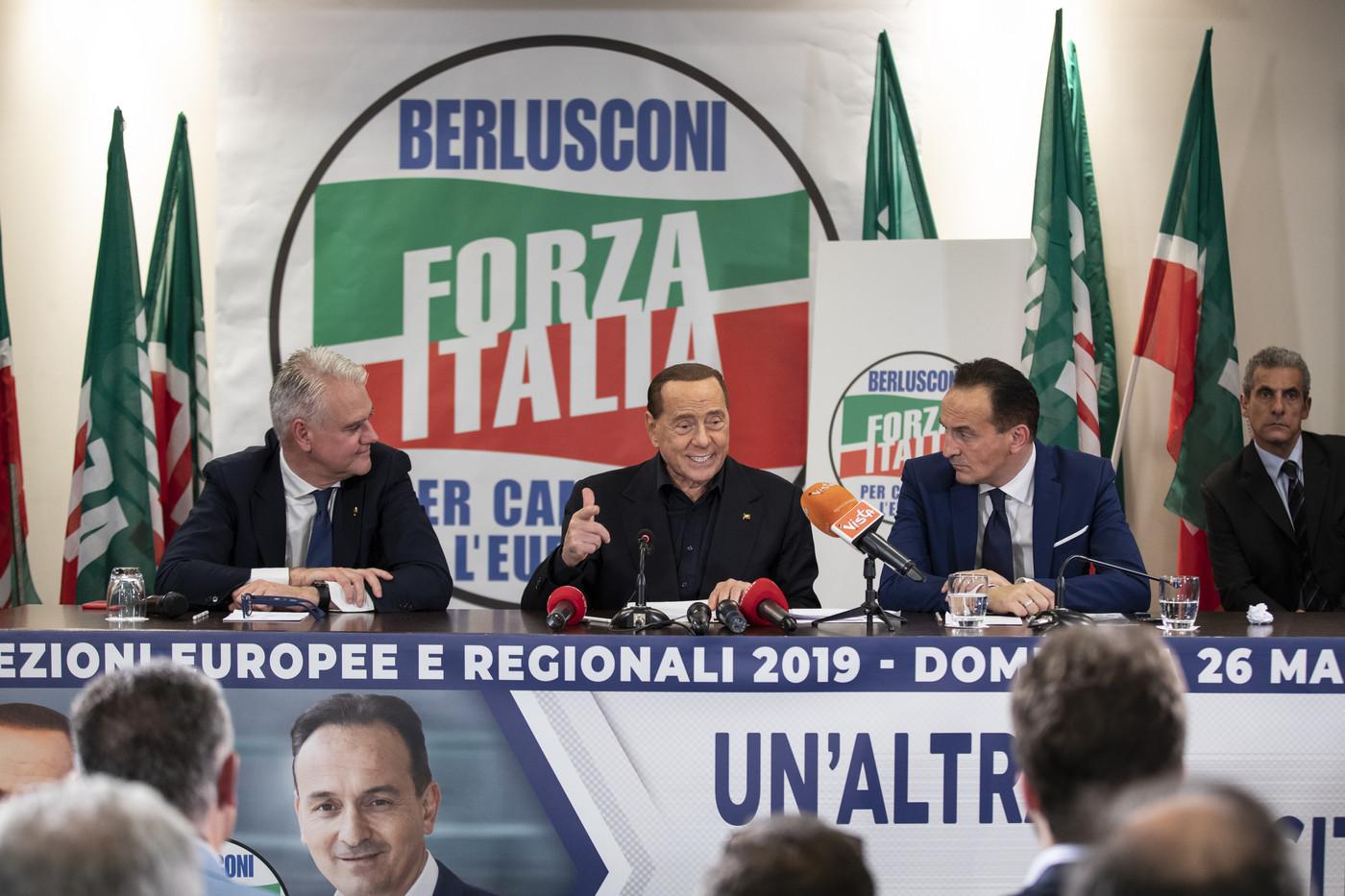 Europee, per antimafia Berlusconi è impresentabile. Lui guarda a governo cdx