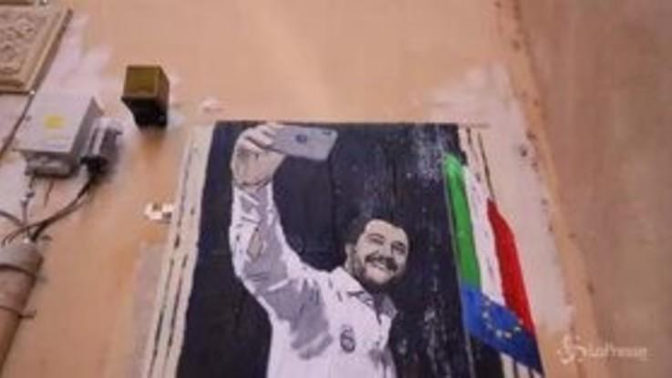 """""""La dittatura del selfie"""": nuovo murales contro Salvini a Roma"""