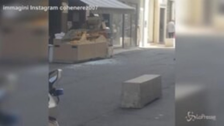 Pacco bomba a Lione, le vetrine rotte della boulangerie