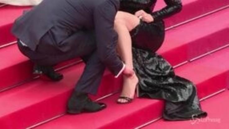 Cannes, piccolo imprevisto sul red carpet per Virgine Efira