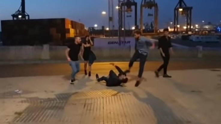 Italiani arrestati a Cadice: il calcio in testa allo spagnolo caduto a terra