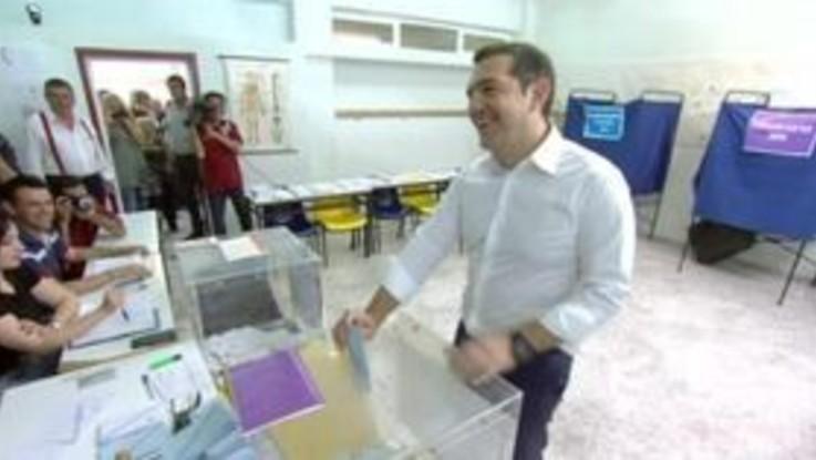 Elezioni Ue, Tsipras va a votare in maniche di camicia