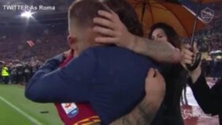 """L'abbraccio di Totti a De Rossi: """"Non volevo"""". E il video diventa virale"""
