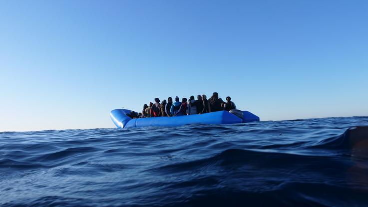 """Migranti, Alarm Phone: """"Gommone sgonfio con 90 a bordo, morta bimba di 5 anni. Interviene la Marina italiana"""""""