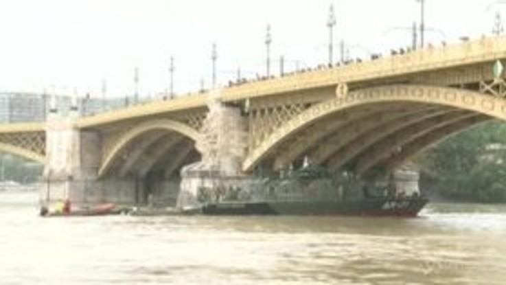 Incidente sul Danubio a Budapest, i soccorritori al lavoro