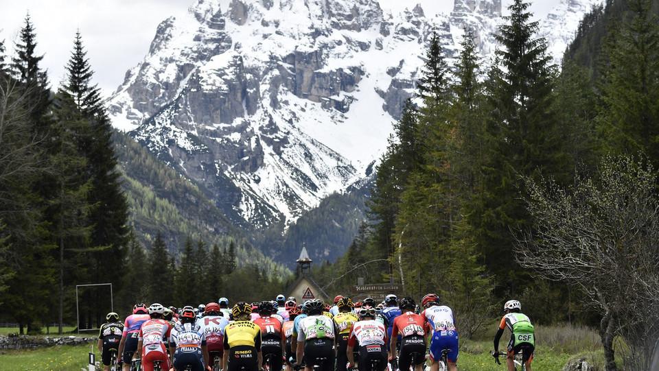 Il gruppo con le montagne sullo sfondo. Domani si tornerà a salire ©