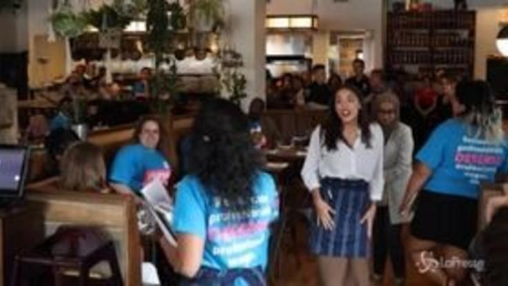 Usa, Ocasio Cortez barista per promuovere salari più alti alla categoria