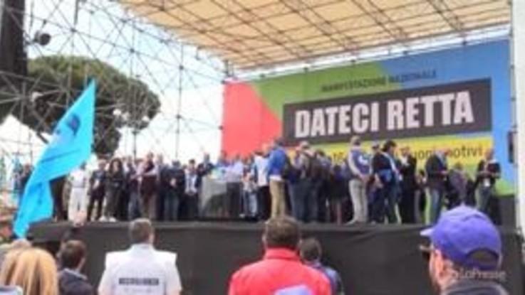 """Roma, pensionati in corteo contro il governo: """"Noi ridotti alla povertà"""""""