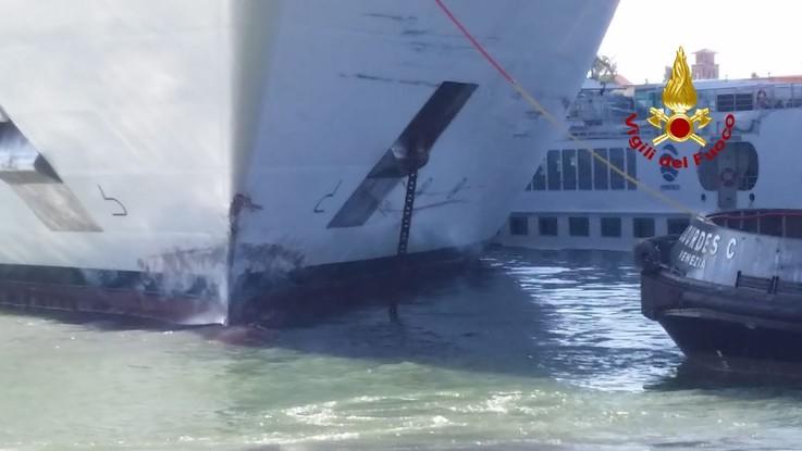 Venezia, nava da crociera va a sbattere contro una banchina a San Basilio: 5 feriti