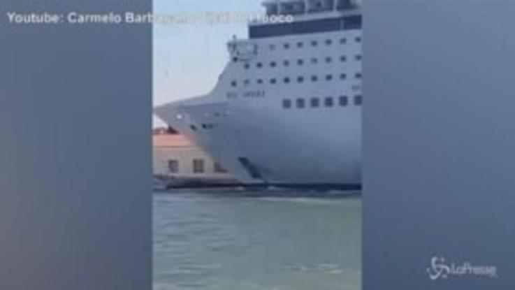 Venezia, lo scontro tra la nave da crociera e il battello turistico