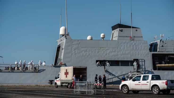 Migranti, sbarcati a Genova i 100 salvati dalla Marina: altri 70 arrivati in Puglia