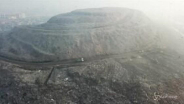 India: una montagna di rifiuti alta quasi quanto il Taj Mahal
