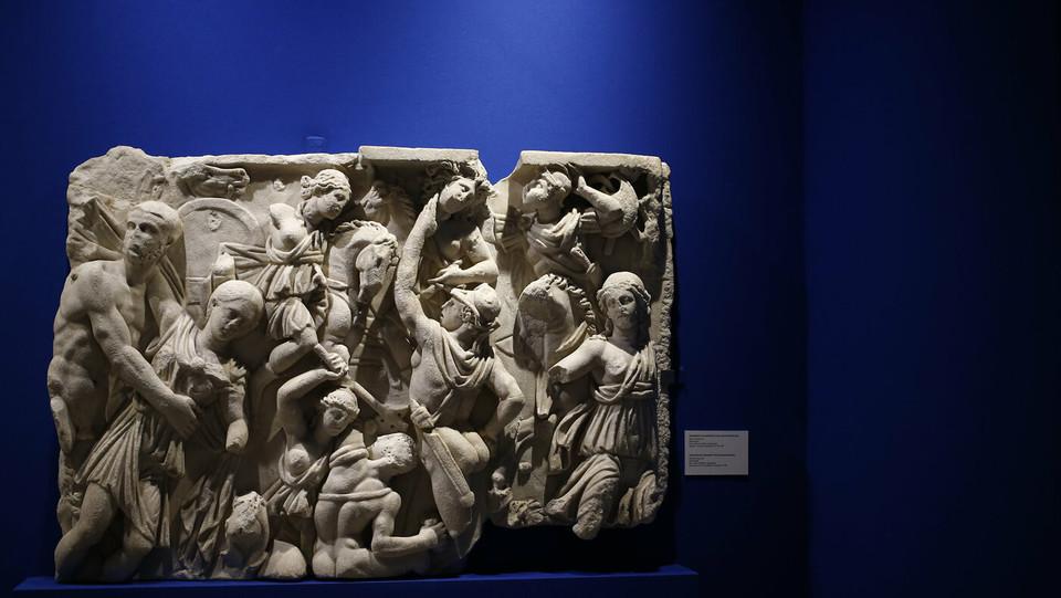 """""""Frammento di sarcofago con scena di amazzonomachia"""", metà III sec. d.C., marmo pario, inv. Ant. Com. 34095, cm 92x133x12 – Roma, Antiquarium Comunale del Celio ©"""