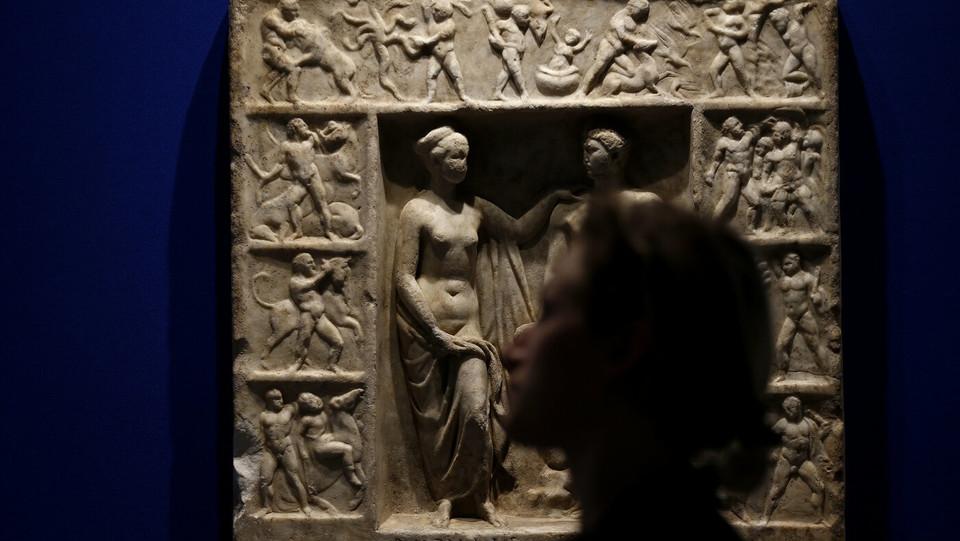 Rilievo funerario con Ercole e Onfale. II secolo dc. Napoli, museo Archeologico Nazionale. Trovato a Roma nel 1793 a Villa Casali sul Celio. Ritrovato dai carabinieri del TPC nel 198 ©