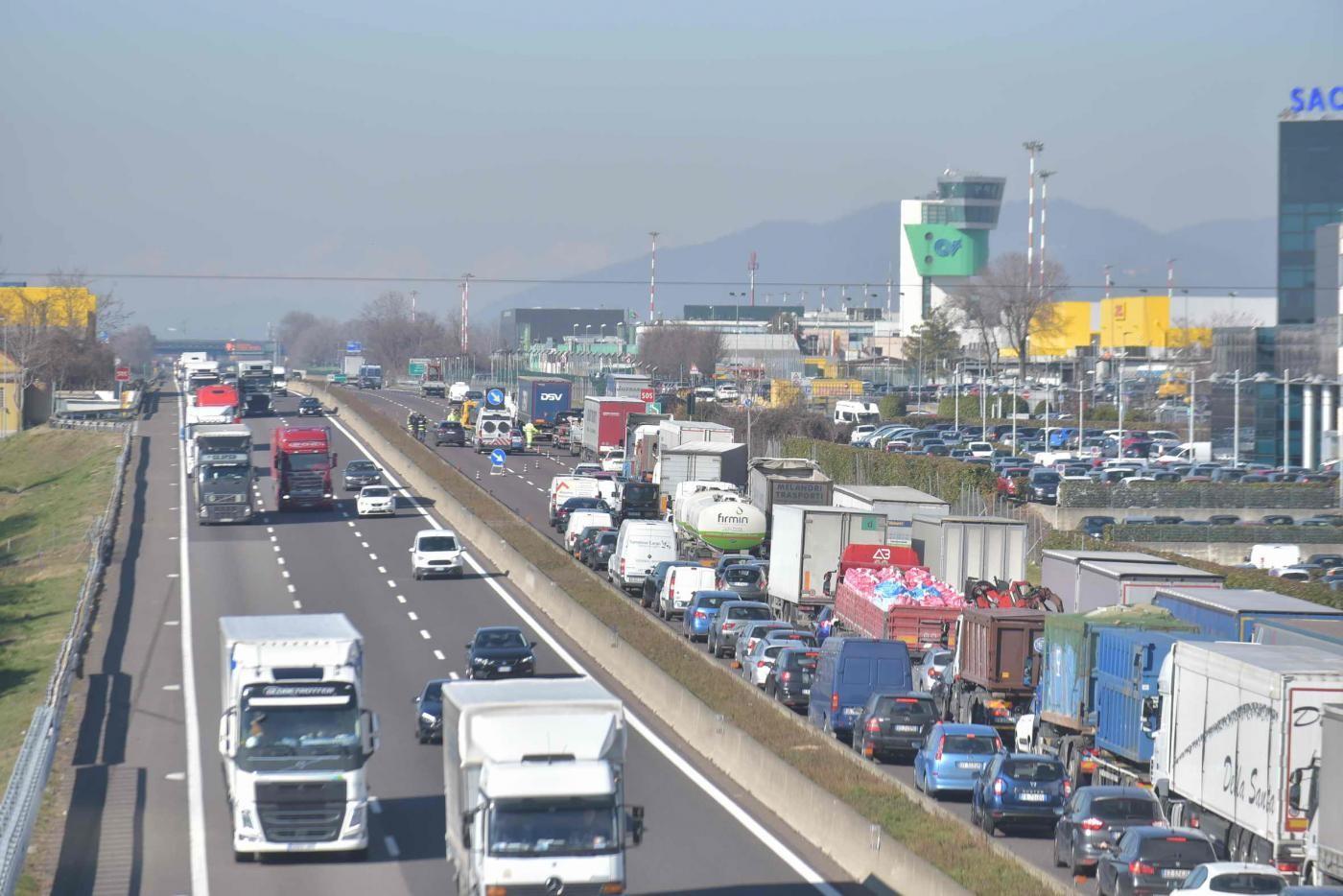 Modena, maxi incidente sull'A1: tre morti e due feriti. Quasi 15 km di coda verso Bologna