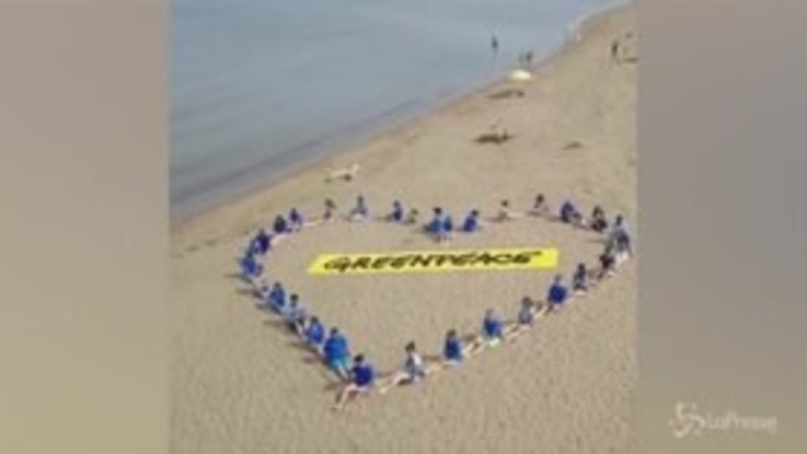 Giornata degli oceani, il cuore di Greenpeace sulla spiaggia di Orbetello