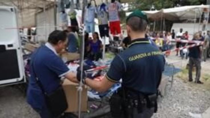 Milano, blitz delle forze dell'ordine nel mercatino di viale Puglie
