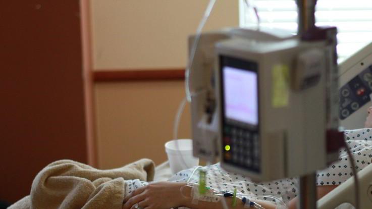 """Milano, neonato muore poco dopo il parto. Il padre denuncia l'ospedale: """"Era incastrato e non riuscivano a tirarlo fuori"""""""