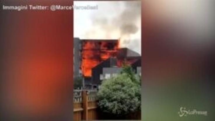 Londra, palazzo prende fuoco: le immagini del rogo