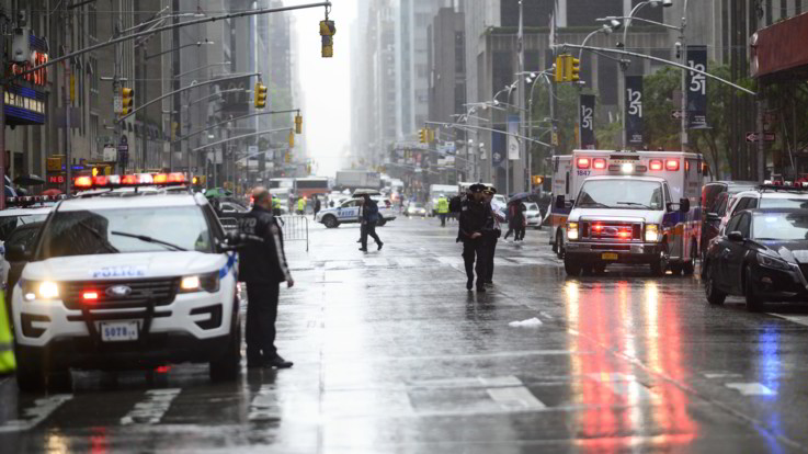 Elicottero si schianta contro un grattacielo a New York: un morto