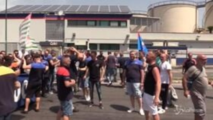 """Whirlpool, a Napoli operai in protesta: """"0ltre questo cancello non c'è niente, solo criminalità"""""""
