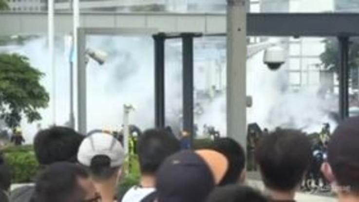 Hong Kong, la polizia lancia lacrimogeni contro i manifestanti