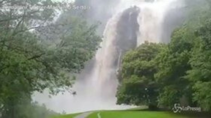 Maltempo, si ingrossa la cascata a Piuro: frane e strade interrotte in Lombardia