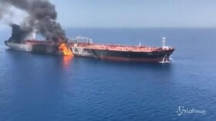 Petroliere in fiamme al largo dell'Oman, le immagini aeree