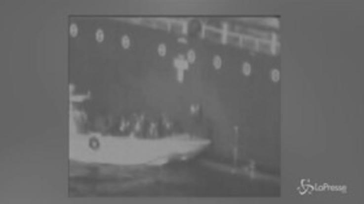 Oman, iraniani rimuovono mina inesplosa da una delle navi in fiamme