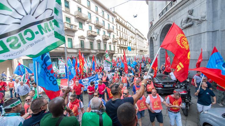 """""""Futuro per l'industria"""". Metalmeccanici in piazza a Firenze, Milano e Napoli"""