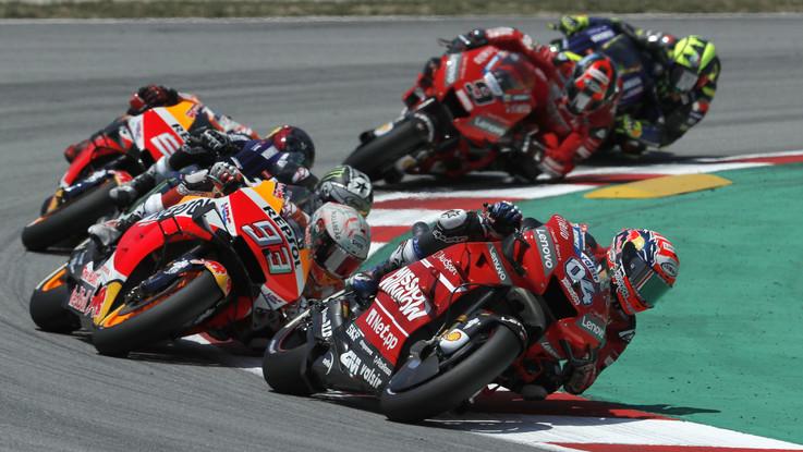 Gp Catalogna, trionfa Marquez, terzo Petrucci. Lorenzo perde il controllo e fa cadere Dovizioso, Rossi e Vinales