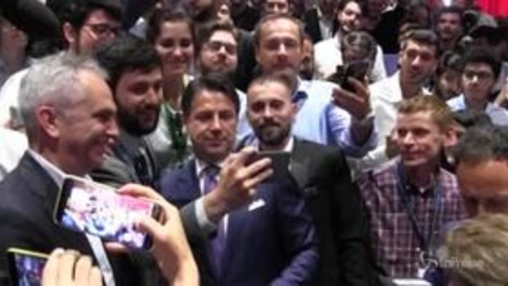 I selfie di Conte all'Apple Academy di Napoli