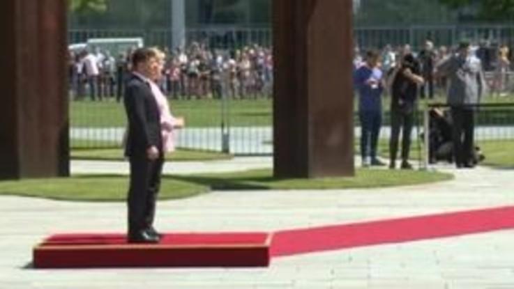 Malore per Merkel: trema durante la visita del capo di Stato ucraino Volodymyr Zelensky