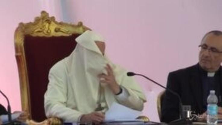 Napoli, il Papa disturbato dal vento: la mozzetta gli finisce in faccia
