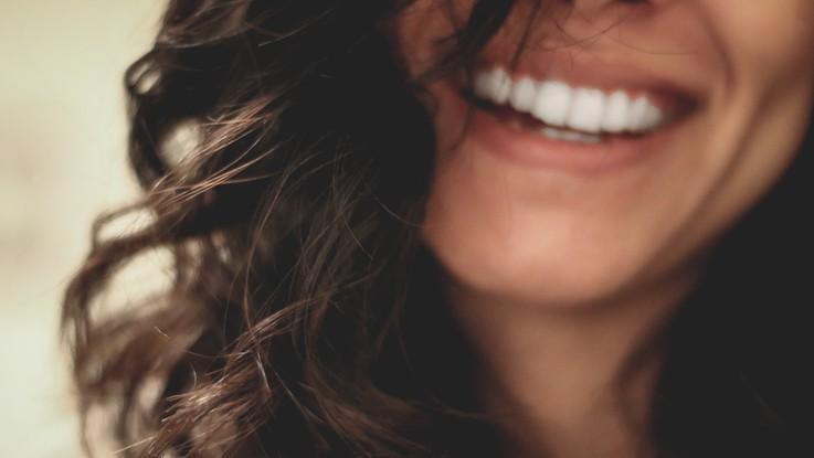 L'estate mette a rischio il sorriso: attenzione a piscina, cibi acidi e scarca igiene orale