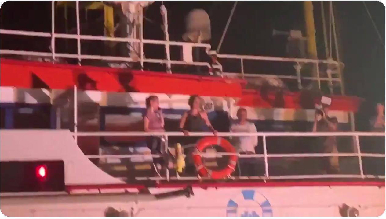 La Sea Watch ha attraccato a Lampedusa. Arrestata Capitan Carola. Sbarcati i 40 migranti