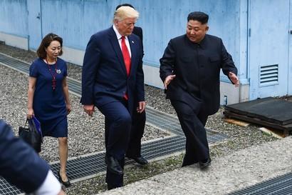 Storica stretta di mano tra Trump e Kim. Per la prima volta un presidente Usa in Corea del Nord