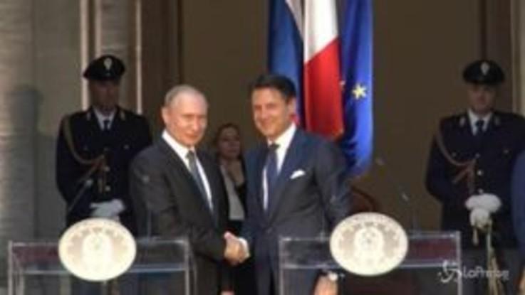 """Putin a Roma, la stretta di mano con Conte: """"Speriamo di superare sanzioni Ue alla Russia"""""""