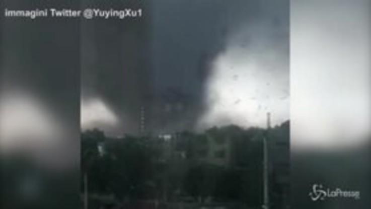 Il tornado devasta la città cinese: volano alberi e macerie