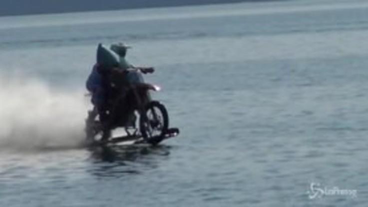 Con la moto da cross sul lago di Como: Luca Colombo conquista il record del mondo di velocità