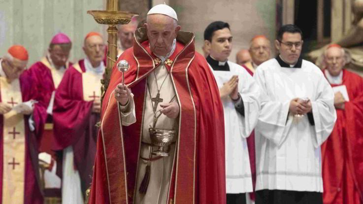 """Papa, messa per i migranti: """"Gli ultimi sono persone. Gesù ci chiede di amarli"""""""