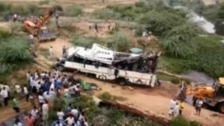 India, pullman a due piani cade da un ponte: 29 morti