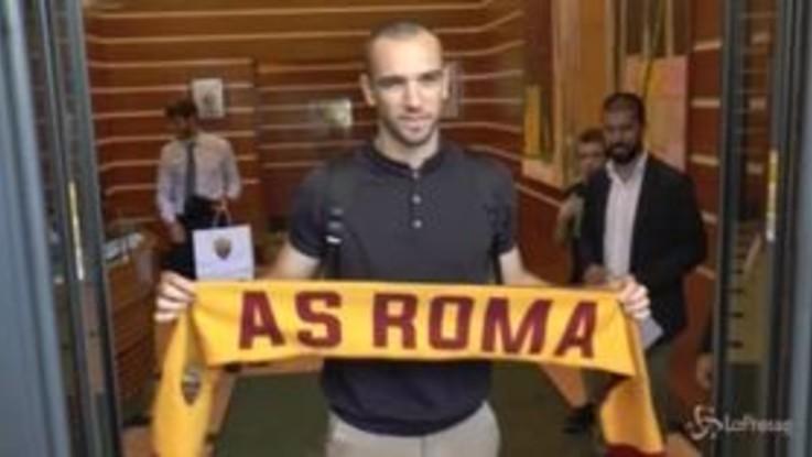 Roma, è arrivato Pau Lopez: sbarco a Fiumicino e visite mediche a Villa Stuart