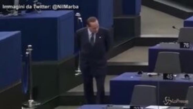 Berlusconi al Parlamento europeo, la passeggiata solitaria che ha scatenato l'ironia della rete