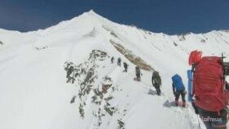 Himalaya, alpinisti morti sotto una valanga: le ultime immagini prima della fine