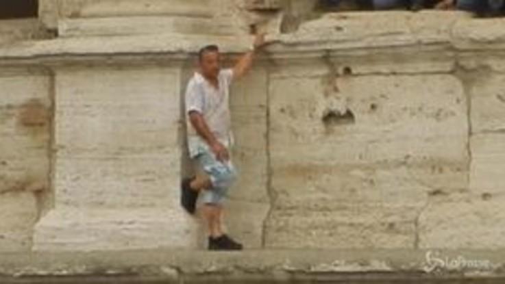 """Uomo minaccia di gettarsi dal Colosseo: """"Regolamentare settore turistico, Raggi non mi ha mai ascoltato"""""""