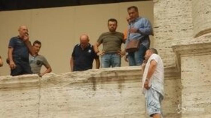 Uomo minaccia di buttarsi dal Colosseo, la protesta degli operatori turistici per le nuove regole