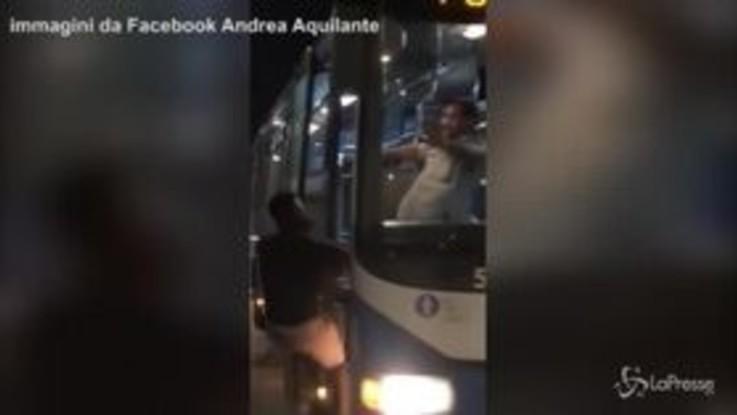 Frosinone, autista del bus pesta ragazzo nero per farlo scendere dal bus