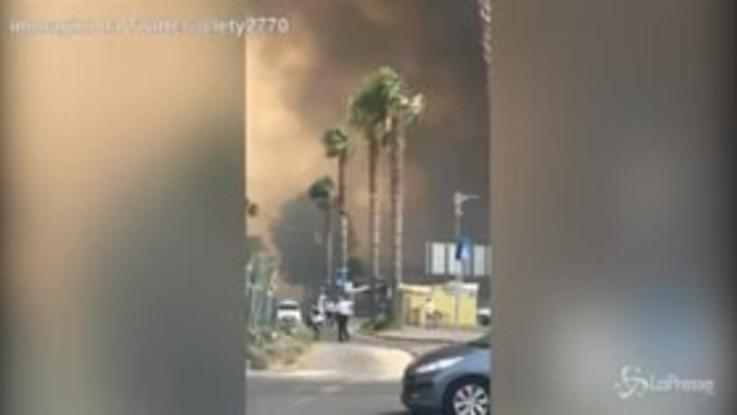 Catania, inferno di fuoco in spiaggia: bagnanti in fuga