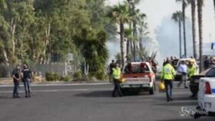 Incendio in spiaggia a Catania: evacuati gli stabilimenti, la rabbia dei residenti